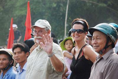 Nhiều khách nước ngoài tìm đến xem giải đua thuyền.