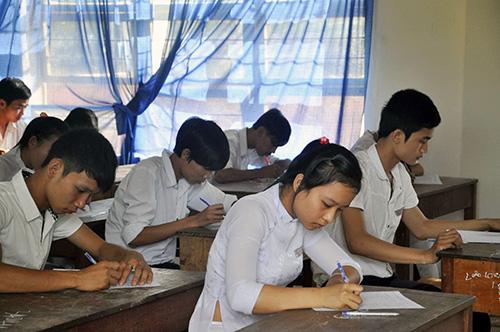 Các thí sinh làm bài tại kỳ thi tốt nghiệp năm học 2012-2013.