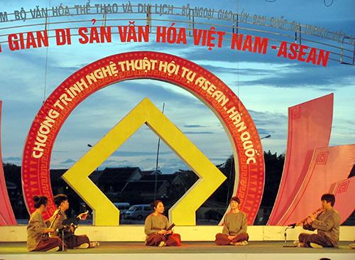 Bài dân ca truyền thống của đoàn nghệ thuật Singapore.