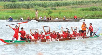 Đua thuyền trở thành ngày hội của người dân.                                     Ảnh: TƯỜNG VY