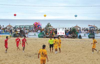 Bóng đá bãi biển toàn quốc tại bãi biển Hạ Thanh.