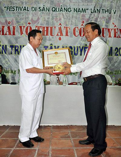 Phó Chủ tịch UBND tỉnh Đinh Văn Thu trao bằng khen của UBND tỉnh cho Liên đoàn Võ  thuật cổ truyền Việt Nam.