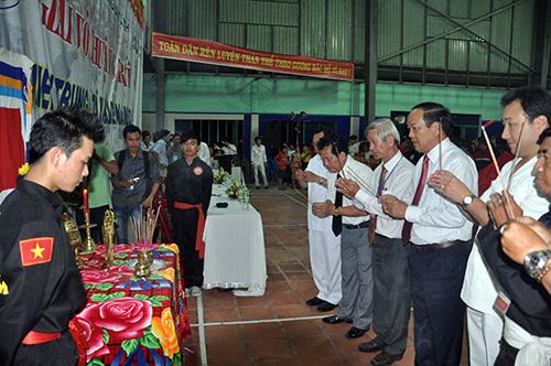 Các đại biểu, võ sư viếng hương bàn thờ tổ - nghi  thức truyền thống của giải võ thuật cổ truyền.