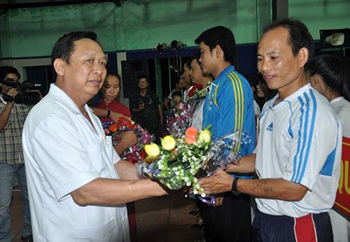 Ông Lê Kim Hòa - Phó  Chủ tịch Liên đoàn Võ  thuật cổ truyền Việt Nam tặng hoa động viên các đoàn tham gia giải.