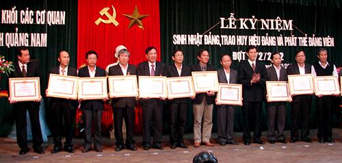Đảng bộ Khối Các cơ quan tỉnh tổ chức sinh hoạt kỷ niệm ngày thành lập Đảng (3.2), trao huy hiệu cho đảng viên.Ảnh: THANH HẢO