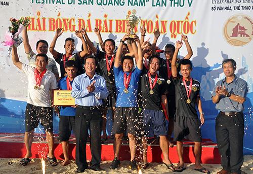 Tổng thư ký Liên đoàn Bóng đá Việt Nam Ngô Lê Bằng và Phó Chủ tịch UBND tỉnh Huỳnh Khánh Toàn trao cúp vô địch cho đội Tân Hoàng Long Khánh Hòa.