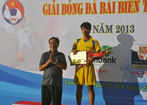 Nguyễn Bá Hùng (Vietcombank Quảng Nam) nhận giải thủ môn xuất sắc nhất giải.
