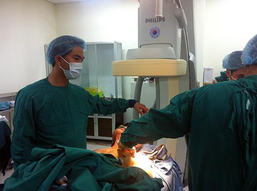 Thực hiện đặt máy tạo nhịp tim vĩnh viễn cho bệnh nhân Đào Huệ.  (Ảnh do đơn vị cung cấp)