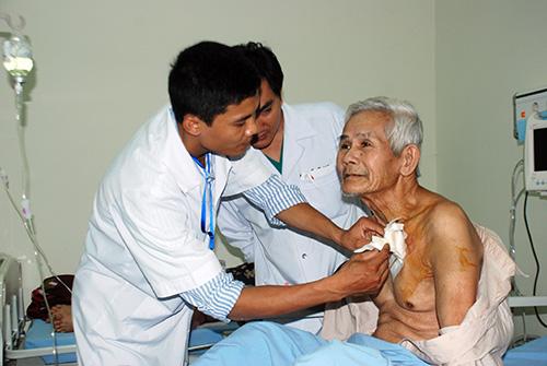 Các bác sĩ đang kiểm tra vết mổ và sức khỏe của bệnh nhân Đào Huệ sau khi đặt máy tạo nhịp tim.