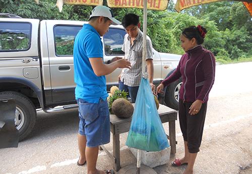 Du khách ghé mua thơm được bày bán tại chòi. Ảnh: N.P