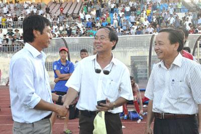 Phó Chủ tịch UBND tỉnh Trần Minh Cả xuống sân chúc mừng HLV Vũ Quang Bảo