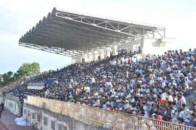 Sân Tam Kỳ đông kỷ lục với khoảng 10 nghìn khán giả.