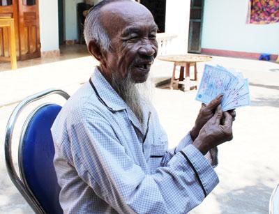 Ông Nguyễn Kim Bằng và 8 thẻ BHYT tự nguyện của cả gia đình.                                                                                                     Ảnh: D.L