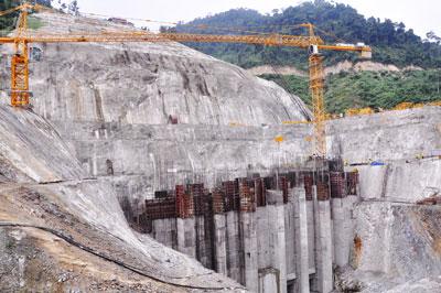 Phát triển ồ ạt các dự án TĐ để lại quá nhiều hệ lụy.     Trong ảnh: Nhà máy thủy điện Sông Bung 4 đang xây dựng.                   Ảnh: H.PHÚC