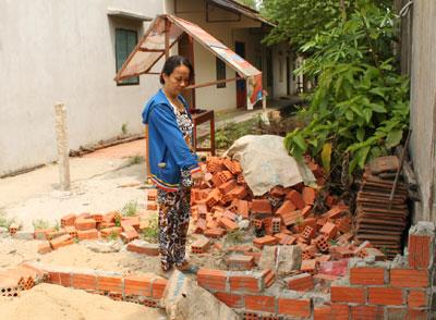 Bà Trịnh Thị Ái Nghĩa bức xúc việc bà Mai vô cớ đập phá tường rào. Ảnh: T.T