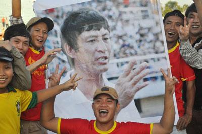 Người hâm mộ Quảng Nam vui mừng bên cạnh hình ảnh HLV Vũ Quang Bảo sau chiến thắng Than Quảng Ninh.Ảnh: A.SẮC