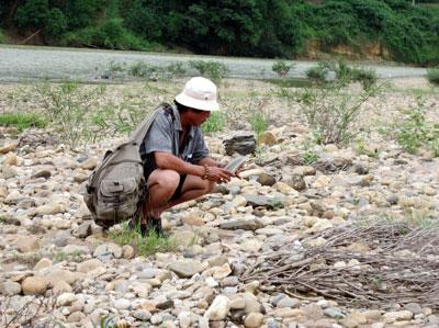 """Cả một """"rừng"""" đá mênh mông, nhưng để tìm được được viên đá cảnh ưng ý là điều không đơn giản. Ảnh: B.A"""