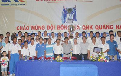 Lãnh đạo Sở VH-TT&DL, câu lạc bộ QNK Quảng Nam và các cầu thủ vui mừng bên chiếc cúp vô địch