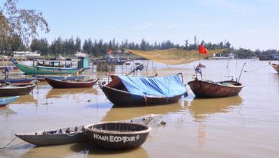 Vùng ven biển vốn chịu ảnh hưởng nặng nề nhất của nước biển dâng.  TRONG ẢNH: Bãi neo đậu tàu thuyền ở Cửa Đại, TP.Hội An.