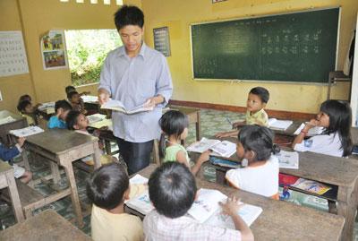 Giáo viên đồng bằng lên dạy học ở trường Tiểu học xã Trà Tập (Nam Trà My).