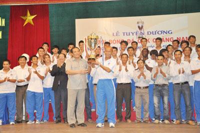 Chủ tịch Liên  đoàn Bóng đá Việt Nam Nguyễn Trọng Hỷ trao cúp vô địch cho QNK Quảng Nam