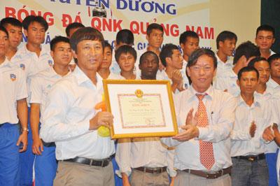 Chủ tịch UBND tỉnh Lê Phước Thanh tặng bằng khen cho HLV trưởng Vũ Quang Bảo