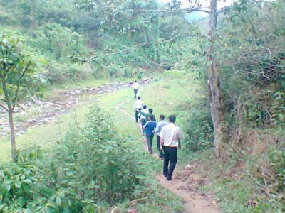 Người dân cùng tham gia công tác tuần tra rừng. Ảnh: H.Y