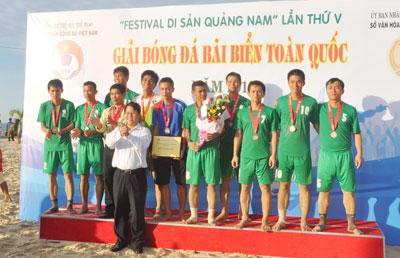 Đội bóng Vietcombank Quảng Nam lần đầu tiên tham gia đã xuất sắc giành vị trí thứ ba.Ảnh: A.SẮC