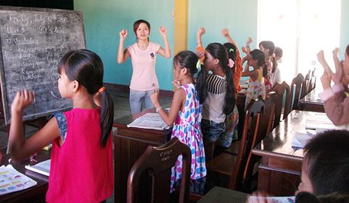 Sinh hoạt văn nghệ tại chỗ trong giờ học tiếng Anh tại nhà văn hóa thôn Trung Đàn.Ảnh: VĂN HÀO