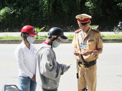 Vừa tuyên truyền kết hợp xử phạt nghiêm người đội mũ không đúng quy định.