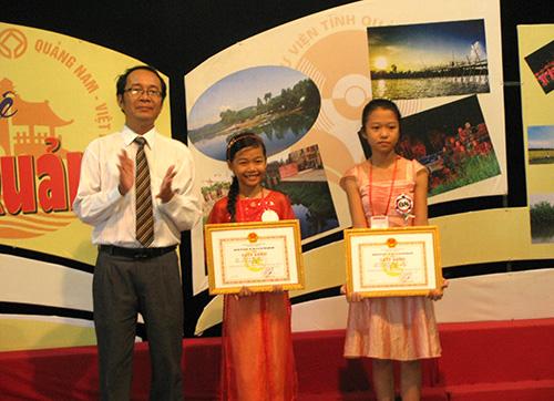 Ban tổ chức trao giải cho các bạn nhỏ đoạt giải trong cuộc thi kể chuyện, tuyên truyền sách hè 2013. Ảnh: C.T.ANH