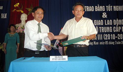 Lễ ký kết tạo việc làm cho người lao động giữa nhà trường và doanh nghiệp.