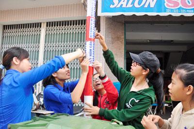Thanh thiếu niên phường An Phú tham gia hoạt động giữ gìn vẻ đẹp cho phố. Ảnh: VINH ANH