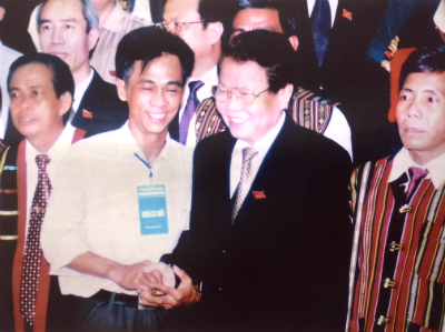 Former State President Tran Duc Luong warmly talked with Mr Duong Ngoc Tien at the ceremony of delivering the Intangible Cultural Heritage Certificate for the Gong Cultural Space of the Highlands, organised in Gia Lai province in June, 2006.