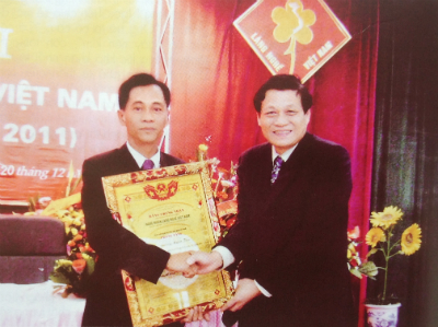 Leaders of the Ministry of Culture-Sports and Tourism delivered the Artisan Certificate of The Vietnamese Craft Villages to Mr Duong Ngoc Tien.