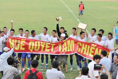 Niềm vui của các cầu thủ đội Huế sau khi giành quyền trở lại hạng nhất.