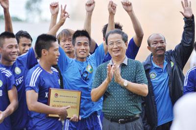 Ông Lê Nguyên Hồng - Ủy viên Liên đoàn Bóng đá Việt Nam trao danh vị đồng hạng nhất cho đội Tây Ninh.