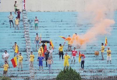 Pháo sáng được các cổ động viên Nam Định đốt lên - một hình ảnh lần đầu tiên xuất hiện trên sân Tam Kỳ.