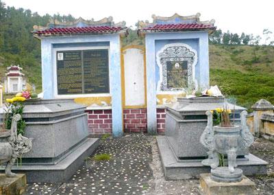 Vợ chồng cụ Phan Khôi và mộ phần.