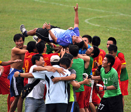 Niềm vui của các cầu thủ Đắc Lắc sau khi giành quyền thăng hạng nhất.