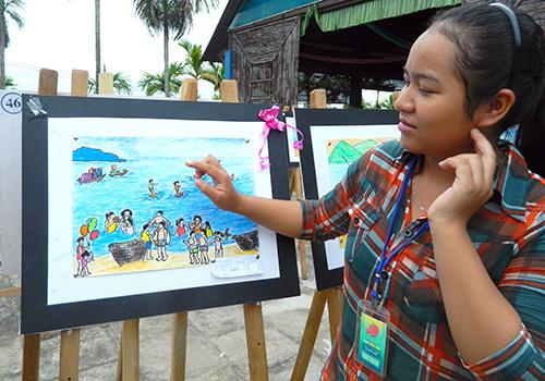 Nguyễn Thị Minh Quý (dân tộc Ca Dong, Phước Sơn) bày tỏ cảm xúc của mình qua tác phẩm khi lần đầu tiên thấy biển.