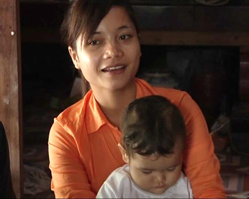 Dù rất bận rộn với công việc gia đình nhưng Pơ Loong Hiện vẫn dành thời gian học tập, đạt điểm cao trong kỳ thi đại học. Ảnh: T.SỸ