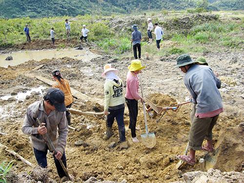 Người dân xã Trà Giáp khai hoang mở rộng diện tích trồng lúa nước. Ảnh: NGUYỄN VĂN BÌNH