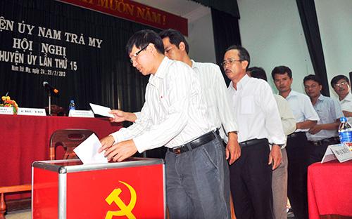 Huyện ủy Nam Trà My tổ chức lấy phiếu tín nhiệm đối với Ban Thường vụ Huyện ủy. Ảnh: NGUYÊN ĐOAN
