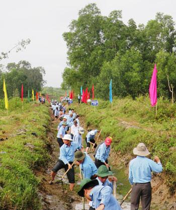 Ra quân nạo vét tuyến kênh chính thuộc hồ chứa nước Vĩnh Trinh.