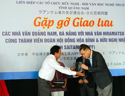 Các đại biểu tặng quà lưu niệm cho nhau.