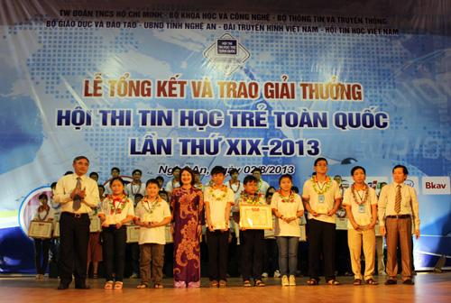 Khen thưởng các thí sinh đoạt giải.