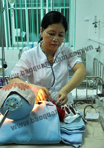 Bác sĩ Huỳnh Thị Hồng Diệp chăm sóc cháu bé tại Bệnh viện Nhi Quảng Nam. Ảnh: ĐIỆN NGỌC
