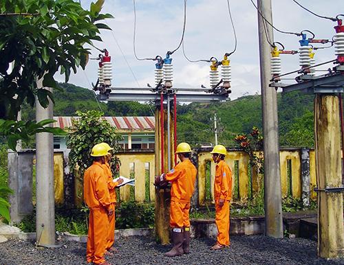 Chi nhánh Điện Núi Thành triển khai chốt chỉ số các đơn vị sản xuất tại Khu Kinh tế mở Chu Lai. Ảnh: T.LỘ