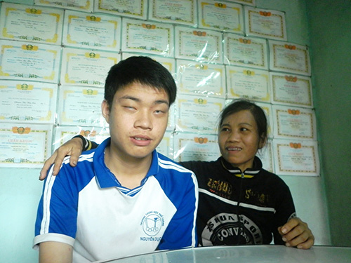 Phạm Phú Thịnh là niềm tự hào lớn lao của mẹ mình.  Ảnh: VĂN HÀO